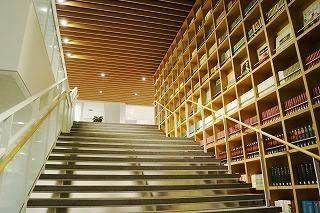 ブックウォールと大階段.jpg